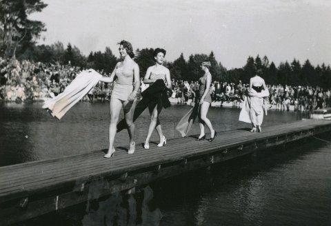 CATWALK: Slik var bademoten i 1956. Bildet er fra Sandefjord Ungdomskorps sommershow i Bugårdsdammen og kvinnene er fra venstre Turid Langeli, Wenche Wickstrøm, Gerd Hegerstrand og Aggi Rimstad.