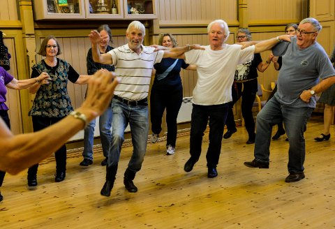 FEIRER: Sandefjord Internasjonale Folkedansklubb feirer 45 år med maratondans i Kurbadet. De danseglade herrene, fra venstre: Olav Finne, Hans Inge Bakke og Lars Ask.