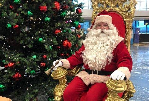 NISSEHILSEN: «Er dere langt inn på fjellet, der nissen ikke kommer frem? Sitter dere i karantene? Eller kanskje dere har glemt å bestille nisse? Ikke fortvil. Julenissen har ikke glemt dere - og i år kan du få en julehilsen fra den ekte nissen til kun kroner 150» annonserer Kemo Sørensen på sin Facebookside. FOTO: Privat