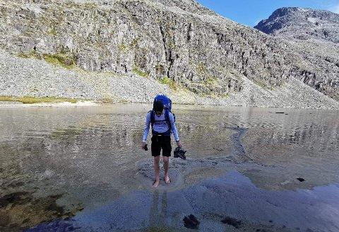 GÅR TIL BERGEN: Oscar Elsebutangen Nome skal bruke sommerferien sin til å gå. Her er han på nordenden av Rondvatnet på turen til Snøheim i fjor.