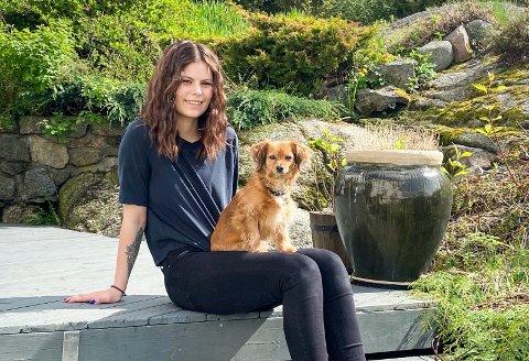 FULGTE DRØMMEN: Amanda Slyngstadli Mathisen (24) åpnet sin egen frisørsalong denne uka, etter å ha drømt om det i lang tid. Her er hun sammen med sin faste følgesvenn, hunden Mito (8).