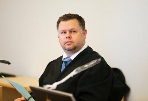 Advokat Stian Trones Bråstein i retten under saken hvor han forsvarte den ene av de to kvinnene.
