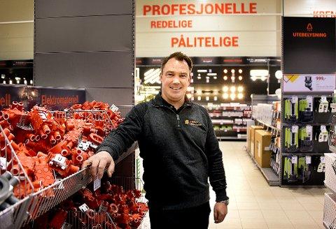 GLEDER SEG: Butikksjef Nils-Martin Andreassen gleder seg til å åpne Elektroimportørens nye butikk på Tunejordet mandag.