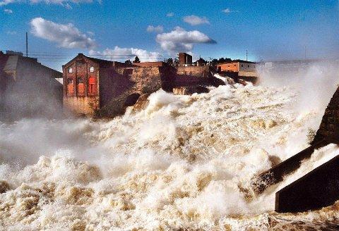 SARPSFOSSEN I JUNI 1995: Slik så det ut under den voldsomme flommen i 1995, da vannføringsrekorden på 3.599 kubikkmeter per sekund ble satt.
