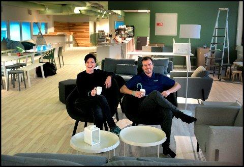 SMILER: Daglig leder i Svev trampolinepark Camilla Lund Andersen har sammen med Mats Toftenes all grunn til å smile etter besøk av Mattilsynet. Her i den nye kafeen.