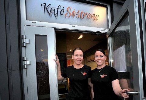 SMILER: Kafè Søstrene på Tunejordet, Marie Frøjd (t.v) og Jeanette Frøjd kan smile etter å ha fått utdelt smilefjes av Mattilsynets kontrollører.