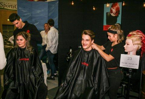 I FRISØRSTOLEN: Ungdomsbedriften «New hair – new you UB» fra Kalnes videregående skole var blant de 200 som deltok på fjorårets fylkesmesse i Rakkestadhallen. Fra venstre: Georgios Tsavdaridis (19), Veronica Dannevang Andreassen (40), Aksel Braathen (18) og Mia Abelsen (18).