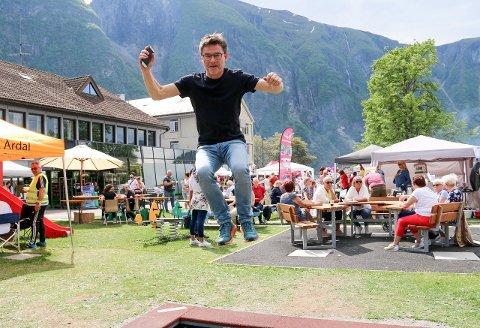 MELLOM FJORD OG FJELL: Festivalsjef Frank Eldegard i fullt firsprang. Han trur arrangementet er avhengig av å ha ei breiare plattform av bidragsytarar dersom det skal vera liv laga.