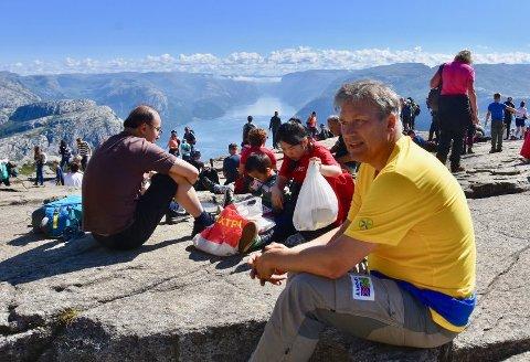 BESØKSTALA STUPER: Helge Kjellevold er her på Preikestolen på ein dag der heile 4.370 turistar besøkte turistattraksjonen i fjor. Dei tre første vekene i juni stuper besøkstala ned til 1/3 av fjoråret. Arkivfoto: Roar Larsen