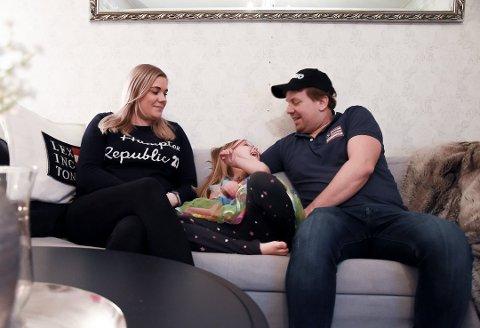 LIVET ETTERPÅ: Mamma Ina Gjetrang og Pappa Trond Janshaug fra Svarstad, har lært seg å være ekstra glade i hver eneste dag sammen med datteren Madelen (6). Foto: Siw Nakken