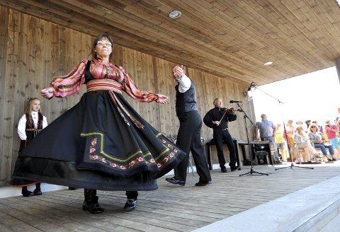TV-DEBUT: Rønnaug Blomhaugen Larsen debuterer på TV med Farmen Kjendis i kveld sammen med mesterspellemannen Johannes Sundsvalen og dansevenner i Bø danssarring. Her i dans med Eivind Bakka under åpningen av utescenen ved Bok & Blueshuset i hjembyen.