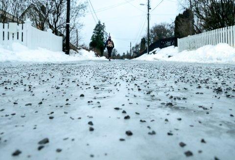VARIERENDE VINTER: Denne vinteren har krevd mye strøsand. Og alt som strøs på, må også sopes opp igjen.