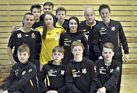 Marius Rønninghaug (bak fra venstre), Njål Høie, Magnus Grønvik, Tore Stennek, Preben Engdahl, Gabbe Kantor (i midten fra venstre), Silje Kippernes, Othelie Høie, Sindre Enaasen (foran fra venstre), Mats Wenaas, Fredrik Heide og Olav Stranna var med på Soft Touch Open.