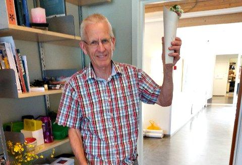 Stein Olav Harstad kunne ta med seg en blomsterbukett som 1.-klassinger hadde plukket og en stjernekikkert fra kommunen hjem etter sin siste arbeidsdag.