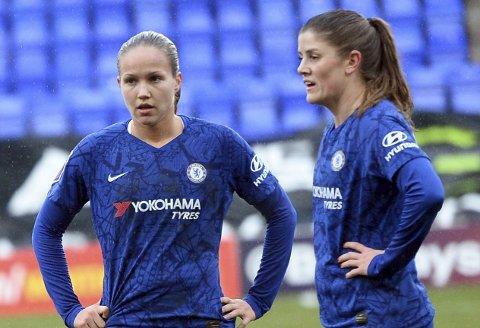 Guro Reiten (til venstre) sammen med lagvenninne Maren Mjelde i Chelsea.