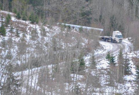 FEM TIMER: I rundt fem timer sperret den lativske traileren Kåpeveien. Vogntoget var på vei til Revetal ungdomsskole med nye takkonstruksjoner, hele doningen var rundt 26 meter lang.