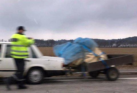 STANSET: Føreren av denne bilen med henger, kan vente seg en bot fra politiet.