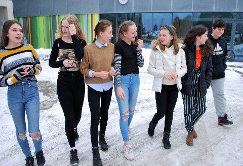 (f.v.) Ayla Flo, Mille Hoff, Eva Bøen, Selma Dahl, Leah Bull, Jasmin Henriksen og Håkon Sivertsen ønsker at så mange som mulig skal skulke skolen for miljøet.