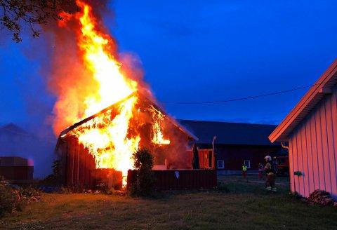 OVERTENT: Flammene sto ut av vinduene på sidebygningen da brannvesenet kom til stedet.