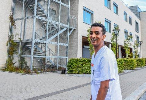 UTEN VALG:  I hjemlandet Eritrea bestemte myndighetene at Fessehaye Gebresilase skulle bli økonom. Drømmen var å bli sykepleier. Med knallhard jobbing, og en kommune som legger til rette for det, er han i ferd med å få oppfylt drømmen. I dag jobber Fessehaye ved Bjønnesåsen bo- og behandlingssenter på Nøtterøy.