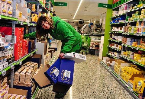 FULL FART: Butikksjef Inger Lian på Kiwi Råel har det travelt på nyåret. Folk kommer i matbutikken selv om koronareglene er strammet inn.