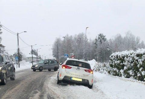 GLATT FØRE: En bil kjørte fredag morgen av veien på Vear. Det har vært flere utforkjøringer og ulykker fredag morgen.