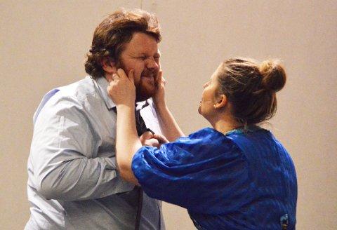 FARSE: Sveinung Næprud spiller Jon og Lisa Berg Stensrud spiller (den ene) kona Marry.