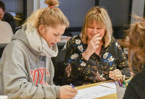 Tjenna i sentrum 2036: Gunhild Lunde Lahiff (til venstre) i samtale med Siri Fossing ivrer begge for en enkel spiseplass som møte- og ventested for Tvedestrands beboere. Andre pekte på at man burde være føre var når det gjelder studenter, både med hybler og passende utesteder. Foto: Mette Urdahl