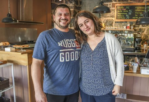 Gir seg på Terna: Anastasia og Deyan Georgiev overtok driften av Terna kafé i mai i fjor. Nå gir ekteparet opp, og stenger kafeen ved utgangen av oktober.Foto: Mette Urdahl Storm