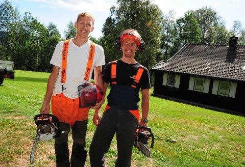 OPPDRAG PÅ KJUL: Gründer Magnus Jahr og skogsarbeider John Erik Eriksen. På denne ærverdige skogseiendommen skulle de hugge ned lønnetrær.