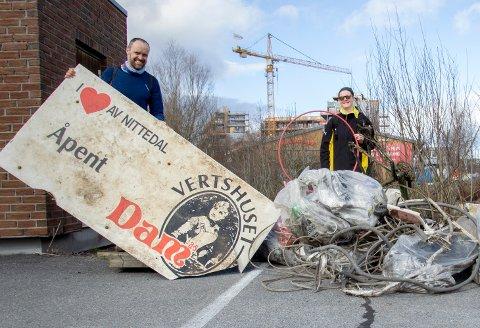 SKRAPOGKLENODIER:Fra Nitelvas Venners ryddeaksjon 1. påskedag der Anders Nermoen holder opp skiltet til gamle Vertshuset Dam.