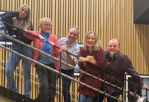 VISER OG ALLSANG  Bak fra venstre: Siri Bergli Kvernbakken, Helene Jensen, Rune Winum, Mona Lamo og Terje Bärnholdt. Inge Solli og Tertitt Rynning var ikke til stede da bildet ble tatt. Nå er de klare for hyggelig kveld i Flammen.