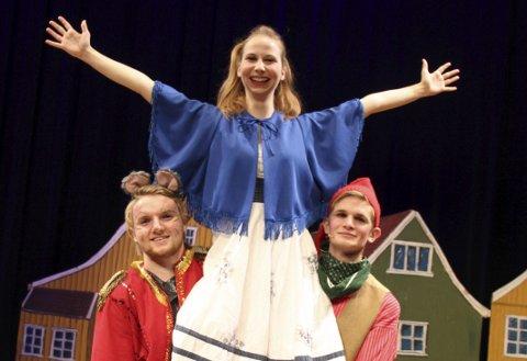Redder bygda: «Det er noe vi har glømt nå igjen. Det er noe med ei lita gran» sier den lille jenta i Prøysen-eventyret. Hun spilles av Karoline M. Strand. Her med Fabian Klevan og Thomas Kopperud.
