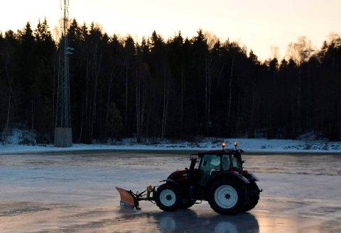 Skøyteis:  - Vi må ha - 3 tre for å legge is på banene, forklarer Geir Efjestad i Nesodden kommune. Bildet fra Berger er ikke tatt denne vinteren. Arkivfoto