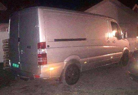 BIL NR. 26: Denne varebilen ble stjålet i februar og var det 26. biltyveriet politiet mener de tre mennene står bak. Varebilen på bildet var lastet med det livsfarlige stoffet cyanid. Foto: Politiet