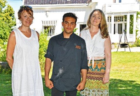 Ruth Lothe (t.v) og Nicole Schalin fra arrangementskomiteen,  og Hamid Naseri fra Hellviktangen Kunstkafé, lover en flott og innholdsrik Grønn Festival på Hellviktangen 30. august.