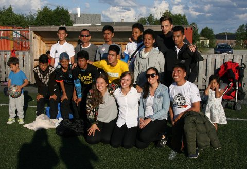 Fotball-teamet fra Filippinene på Øra Stadion. Rebekka Berggård og Karoline Mikkelsen Knutsen er vertskap for utflukten til Røros. Bak til høyre står Streetlight-gründer Erlend Johannesen.