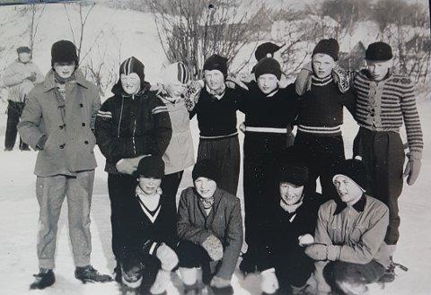 Skøyteløpere på Glåma-isen utenfor Øybakken i 1954. Fra venstre i bakgrunnen: Ola T. Nøren, Anders Holmen, Halgrim Sundmoen, Rune Aas, Klaus Saxgård, Ivar Nøren, Håvard Sundmoen, Iver O. Nøren. Foran fra venstre: Per K. Langøien, Olav Vangskåsen, Ivar Presthagen, Ola Halvorsen,