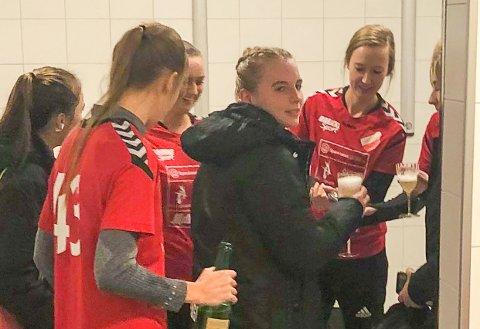 CHAMPAGNEKORKER I VÆRET: Sørfjell/Risør-spillerne feiret med champagne og brus etter opprykket til andredivisjon.