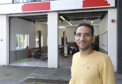 Venter på skilt: Omar Omar utenfor vaskehallen på Søndeled. – Nå håper jeg at firmaskiltet som jeg har bestilt, snart kan komme på plass over portene, smiler han.