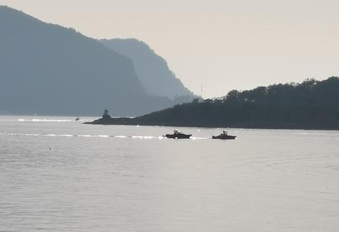 FUNNET: Torsdag kveld ble båt og mann funnet og slept inn til Abelsnes.