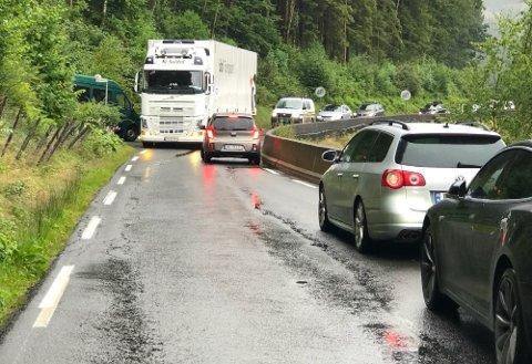 TRANGT: Det gikk forholdsvis dårlig da store kjøretøy kom inn på denne smale veien på nedsiden av E39. Foto: Torbjørn Steiro