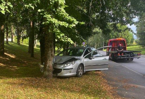 To personer får behandling av ambulansepersonell etter ulykken.
