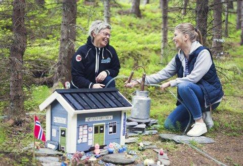 Familieprosjekt: Mamma Unni Storhaug og datteren Hege Didriksen har brukt over ett år på å sette opp Artigskogen i Styrkesnes. Planen er at den skal inneholde noe nytt til hver sesong, for å glede både barn og voksne. Foto: Frida Bringslimark
