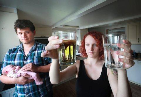 Vannmangel: David Olsen og Sara Emilie Christiansen med baby Mona Helen, har blitt ett år eldre enn når dette bildet ble tatt. Men på Seines er vannet fortsatt like dårlig, som det var på samme tid i fjor.