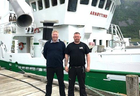 GRÜNDERNE: Brødrene Jan Ketil Karlsen og Svein Roger Karlsen foran båten Arnøytind udner 25-årsjubileumet i Arnøyhamn lørdag.