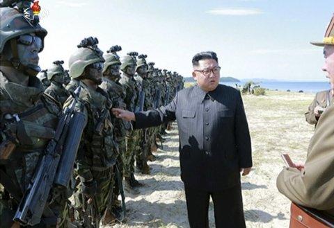 Nord-Koreas leder Kim Jong Un inspiserer soldater under en øvelse.