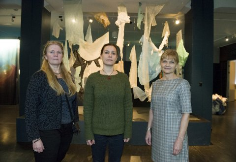 Plasten hvalen hadde i magen er utstilt på Historiske Samlinger. På Bildet ser du Siri Skretting Jansen, Margareth Hosøy og Kari K. Årrestad. FOTO: MAGNE TURØY