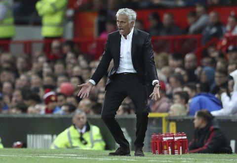 Manchester United-manager Jose Mourinho viser følelser på sidelinjen i Premier League-matchen mot Leicester. (AP Photo/Jon Super)