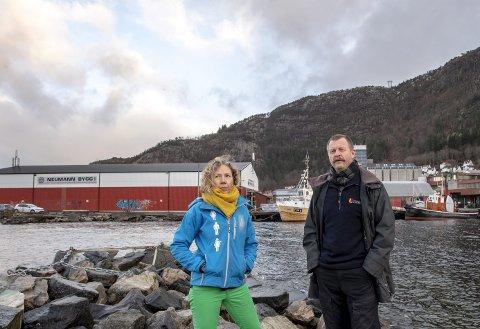 Egil Sunde og Gitte Bastiansen ved Kystkulturmuseet har en del innvendinger til de storstilte byggeplanene på Kristiansholm like bak dem. FOTO: EIRIK HAGESÆTER